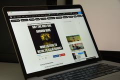 Milão, Itália - 10 de agosto de 2017: homepage do Web site 9gag É Foto de Stock