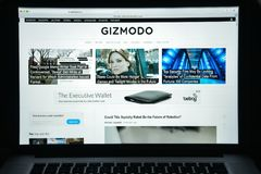 Milão, Itália - 10 de agosto de 2017: Homepage do Web site de Gizmodo É Fotos de Stock Royalty Free