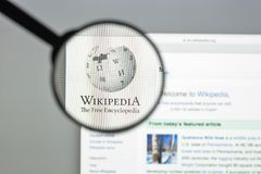 Milão, Itália - 10 de agosto de 2017: Homepage do Web site de Wikipedia Ele i Fotografia de Stock Royalty Free