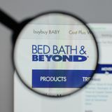 Milão, Itália - 10 de agosto de 2017: Logotipo de Bed Bath & Beyond no nós foto de stock