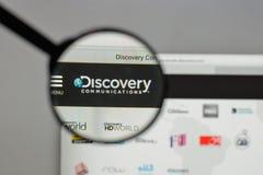 Milão, Itália - 10 de agosto de 2017: Logotipo das comunicações da descoberta sobre imagens de stock