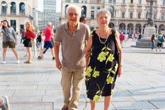 Milão, Itália 20 de agosto de 2018: turistas felizes no quadrado do domo fotos de stock