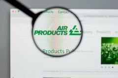 Milão, Itália - 10 de agosto de 2017: Websit de Air Products & Chemicals fotos de stock royalty free