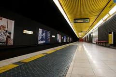 MILÃO, ITÁLIA - 28 DE DEZEMBRO DE 2017: Plataforma subterrânea Porta Romana da estação de metro em Milão fotografia de stock royalty free