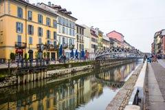 MILÃO, ITÁLIA - 13 de fevereiro de 2017: Ponte através do Naviglio Gra Fotos de Stock