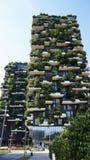 MILÃO, ITÁLIA - 19 DE JULHO DE 2017: Bosco Verticale, prédios de apartamentos verticais da floresta na área de Porta Nuova da cid Fotografia de Stock