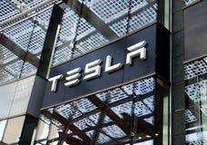 MILÃO, ITÁLIA - 19 DE JULHO DE 2017: Loja dos motores de Tesla no quadrado de Gael Aulenti da praça em Milão, Itália Imagens de Stock