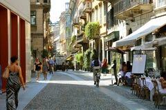 MILÃO, ITÁLIA - 30 DE JULHO DE 2018: Rua típica na vizinhança Bre imagem de stock
