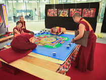 MILÃO, ITÁLIA - 8 DE JUNHO DE 2016: monges budistas que criam a mandala para fotografia de stock royalty free