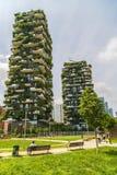 MILÃO, ITÁLIA - 28 DE MAIO DE 2017: Bosco Verticale Vertical Forest l fotos de stock royalty free