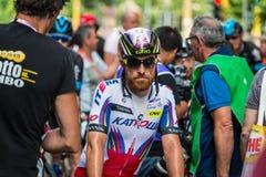 Milão, Itália 31 de maio de 2015; Ciclista profissional cansado em Milão após ter concluído o Giro D'Italia Imagens de Stock Royalty Free