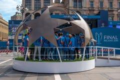 Milão, Itália - 25 de maio de 2016: Jogo real do Madri do Madri-Atletico da liga de campeões de UEFA 2016 no final Os voluntários Foto de Stock