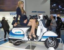 MILÃO, ITÁLIA - 9 DE NOVEMBRO: As poses modelo bonitas no motor bike em EICMA, exposição internacional da motocicleta o 9 de nove Foto de Stock Royalty Free