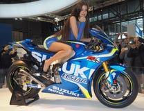 MILÃO, ITÁLIA - 9 DE NOVEMBRO: As poses modelo no motor bike em EICMA, exposição internacional da motocicleta o 9 de novembro de  Fotos de Stock Royalty Free