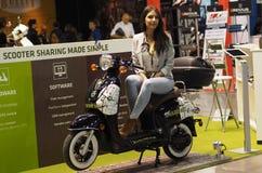 MILÃO, ITÁLIA - 9 DE NOVEMBRO: As poses modelo no motor bike em EICMA, exposição internacional da motocicleta o 9 de novembro de  Fotografia de Stock Royalty Free
