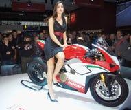 MILÃO, ITÁLIA - 9 DE NOVEMBRO: As poses modelo no motor bike em EICMA, exposição internacional da motocicleta o 9 de novembro de  Imagens de Stock Royalty Free