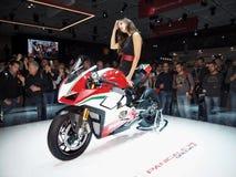 MILÃO, ITÁLIA - 9 DE NOVEMBRO: As poses modelo no motor bike em EICMA, exposição internacional da motocicleta o 9 de novembro de  Fotografia de Stock