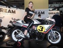 MILÃO, ITÁLIA - 9 DE NOVEMBRO: As poses modelo no motor bike em EICMA, exposição internacional da motocicleta o 9 de novembro de  Fotos de Stock