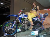 MILÃO, ITÁLIA - 9 DE NOVEMBRO: As poses modelo no motor bike em EICMA, exposição internacional da motocicleta o 9 de novembro de  Imagens de Stock