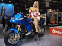MILÃO, ITÁLIA - 9 DE NOVEMBRO: Poses modelo no velomotor em EICMA, exposição internacional da motocicleta o 9 de novembro de 2017 Imagens de Stock Royalty Free