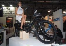MILÃO, ITÁLIA - 9 DE NOVEMBRO: Poses modelo no velomotor em EICMA, exposição internacional da motocicleta o 9 de novembro de 2017 Foto de Stock Royalty Free