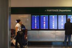 MILÃO, ITÁLIA - 9 DE OUTUBRO DE 2017 tela de exposição do voo da partida, Milan Malpensa Airport Terminal 2, Itália imagem de stock