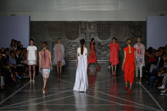 MILÃO, ITÁLIA - 20 DE SETEMBRO: Caminhada dos modelos a pista de decolagem durante a mostra de Mila Schon Fotos de Stock