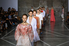 MILÃO, ITÁLIA - 20 DE SETEMBRO: Caminhada dos modelos a pista de decolagem durante a mostra de Mila Schon Imagens de Stock Royalty Free