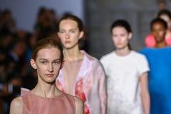 MILÃO, ITÁLIA - 20 DE SETEMBRO: Caminhada dos modelos a pista de decolagem durante a mostra de Mila Schon Fotos de Stock Royalty Free