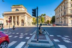 MILÃO, ITÁLIA - 6 de setembro de 2016: Bicyclistsare está esperando a luz verde do sinal na estrada transversaa na avenida Buenos Imagem de Stock