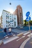 MILÃO, ITÁLIA - 6 de setembro de 2016: Os pedestres estão cruzando a rua na luz verde do sinal na estrada transversaa em A Foto de Stock Royalty Free