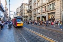 MILÃO, ITÁLIA - 6 de setembro de 2016: Os povos estão esperando o bonde na estação pelo transporte público na rua de Torino atrav Fotos de Stock
