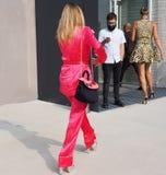 MILÃO, Itália: 19 de setembro de 2018: Equipamento do estilo da rua após o desfile de moda do ATO 1 foto de stock royalty free