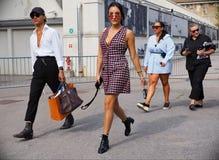 MILÃO, Itália: 19 de setembro de 2018: Equipamento do estilo da rua após o desfile de moda do ATO 1 foto de stock