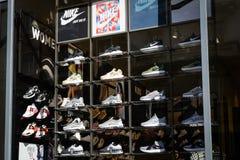 Milão, Itália - 24 de setembro de 2017: Loja de Foot Locker em Milão imagens de stock royalty free