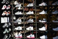 Milão, Itália - 24 de setembro de 2017: Loja de Foot Locker em Milão foto de stock royalty free