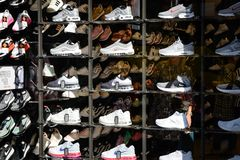 Milão, Itália - 24 de setembro de 2017: Loja de Foot Locker em Milão fotos de stock royalty free
