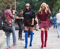 MILÃO, ITÁLIA - 22 de setembro de 2016 Shea Marie e Caroline Vreeland chegam no desfile de moda de Emilio Pucci, Milan Fashion We Imagem de Stock