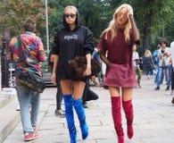 MILÃO, ITÁLIA - 22 de setembro de 2016 Shea Marie e Caroline Vreeland chegam no desfile de moda de Emilio Pucci, Milan Fashion We Foto de Stock