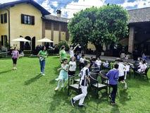 MILÃO, ITÁLIA - em maio de 2017, crianças felizes que jogam no parque Fotografia de Stock