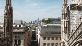 Milão, Itália - em maio de 2016: skyline do distrito financeiro vista dos pináculos da catedral do domo filme