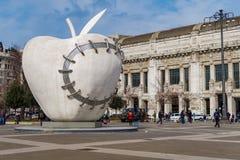 Milão, Itália a escultura reintegrada de Apple por Michelangelo Pistoletto Imagens de Stock