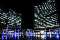 MILÃO, ITÁLIA - FEVEREIRO 04,2016: Distrito de Milan Porta Garibaldi O arranha-céus do banco de Unicredit e a praça Gael Aulenti Foto de Stock