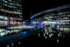 MILÃO, ITÁLIA - FEVEREIRO 04,2016: Distrito de Milan Porta Garibaldi O arranha-céus do banco de Unicredit e a praça Gael Aulenti Imagens de Stock Royalty Free