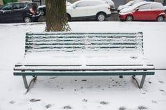 Milão, Itália, o 1º de março de 2018 Ruas de Milão na neve Vista no banco coberto na neve Imagem de Stock Royalty Free