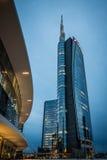 MILÃO, ITÁLIA, O 18 DE JUNHO DE 2014: arranha-céus novo do banco de Unicredit, cena da noite Fotos de Stock