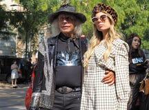 MILÃO, Itália: setembro, 20 2018: Bloggers da forma em equipamentos do estilo da rua imagem de stock
