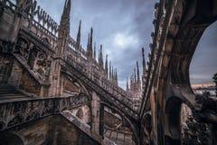 Milão, Itália: Telhado gótico da catedral fotos de stock
