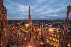 Milão, Itália: telhado gótico da catedral mundialmente famosa fotografia de stock