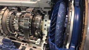 11 10 2018 Milão - motor e motor bonde para veículos na seção tecnologia futura para: baixo consumo de combustível, energia verde vídeos de arquivo